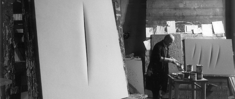 Lucio-Fontana-in-his-studio-Milano-1964-copie